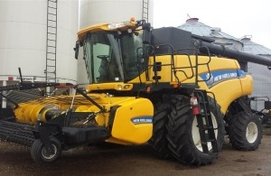 2014 New Holland CR9090 Combine